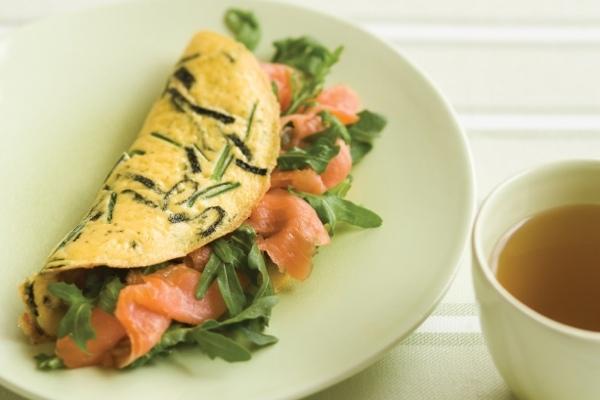Солоноватый вкус рыбы и ее нежная консистенция делает омлет очень изысканным.